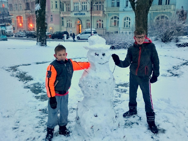 We bouwen een sneeuwpop in het parkje in Jachymov