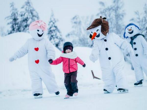 Schaatsen met sneeuwpop in Santa Claus Village