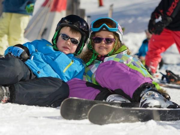 Kids languit in de sneeuw