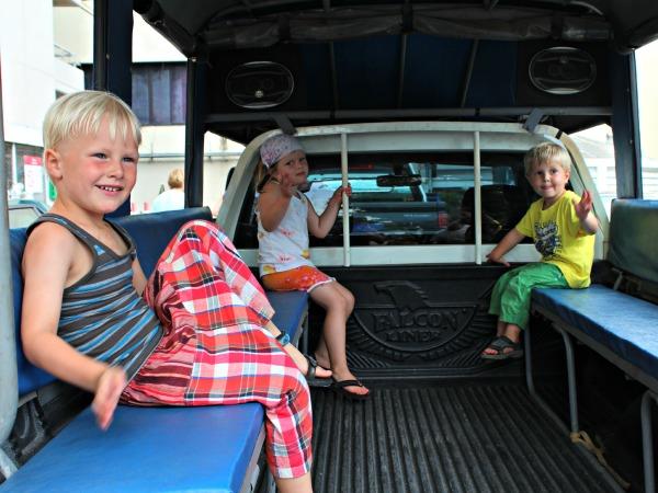 Kinderen in een Thaise Songthaew