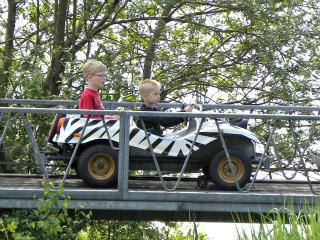Onze jongens in een safariauto in Speelland