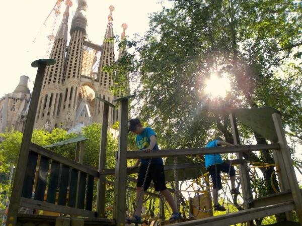 Onze jongens in de speeltuin bij de Sagrada Familia