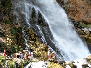 Spelen bij de waterval