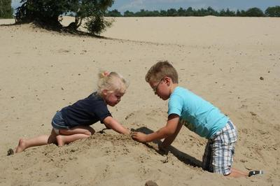 Spelen in het zand aan de Nederlandse kust