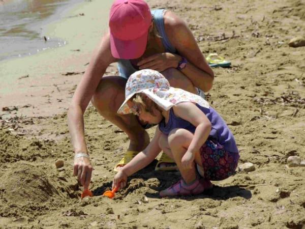 Spelen op het strand van Ibiza
