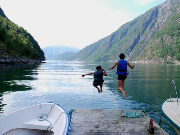 Een sprong in het water van de Osa Fjord