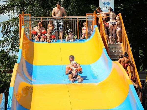 Waterglijbaan bij het zwembad op de Sprookjescamping