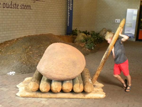 Tycho leert een steen te verplaatsen in het Hunebedcentrum