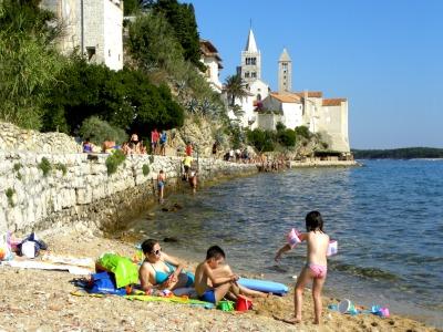 Klein strandje bij de Middeleeuwse stad Rab