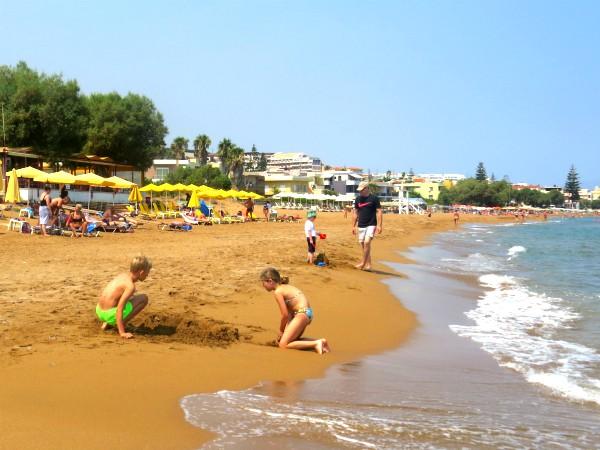 Het strand van Agia Marina bij Chania