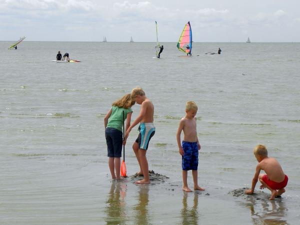 Het kindvriendelijke strand van Makkum is ook ideaal om te leren windsurfen