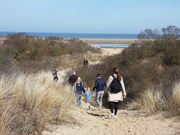 Wandelen naar het strand bij Ouddorp