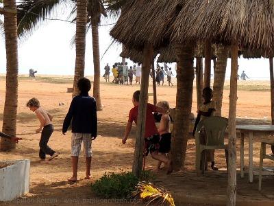 Spelen met de lokale kinderen op het strand van Togo