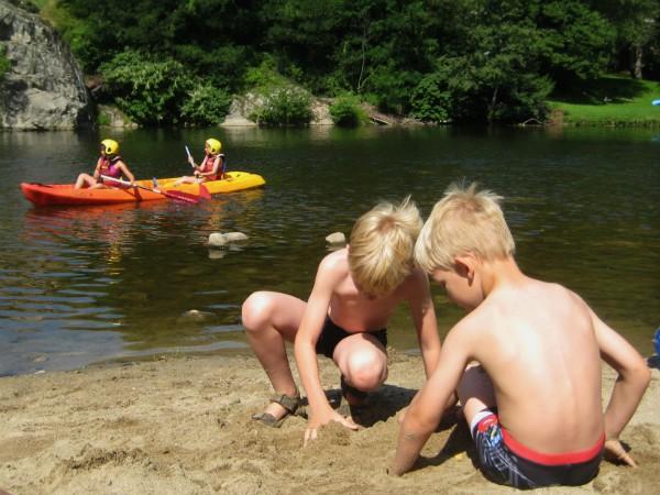 Onze kids vermaken zich prima aan een riviertje in de Ardeche