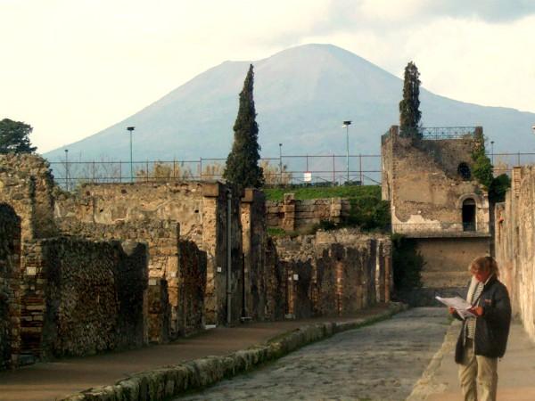 In de straten van Pompeii, onder de rook van de Vesuvius