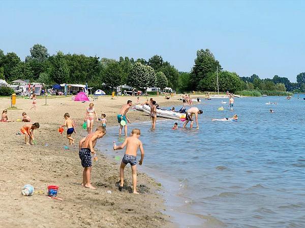Watersport en strandplezier bij Suncamp Camping Resort Zuiderzee