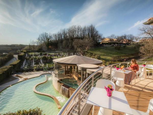 Mooi uitzicht op zwembad en omgeving van Vakantiepark Terme di Sorano
