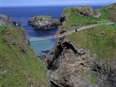 Spannende touwbrug aan de kust in Noord-Ierland