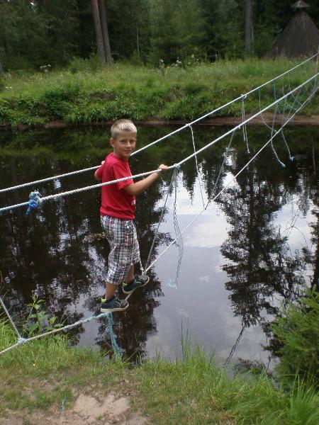 Via een touwbrug over het water