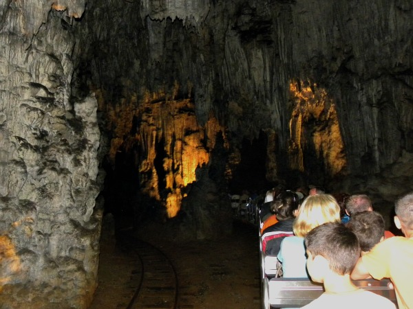 Met een treintje door de grotten van Postojna