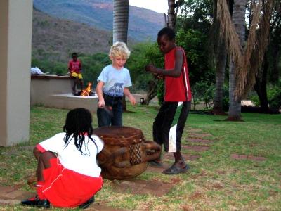 Zeb leert trommelen van de lokale jeugd