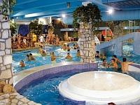 Zwembad bij hotel Babylon