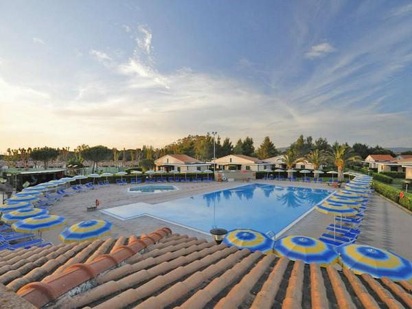 zwembad en vakantiehuisjes van Turistico La Cecinella