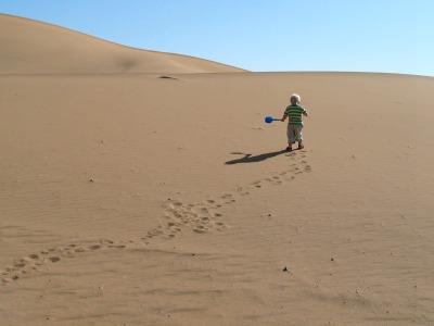 Tycho vermaakt zich in de woestijn van Marokko