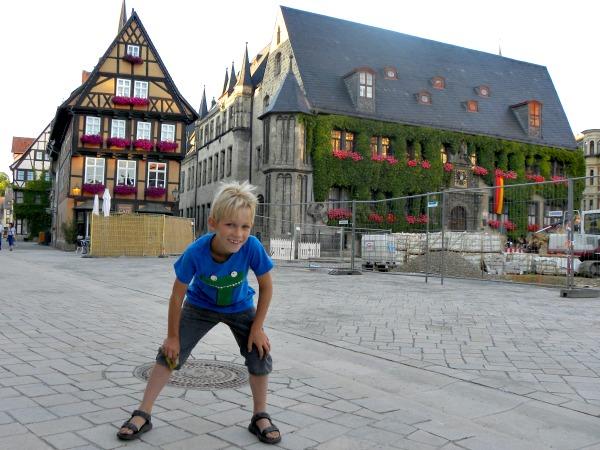 Tycho poseert in het mooie stadje Quedlinburg