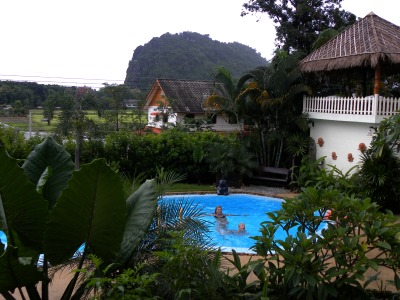 De prachtige tropische tuin met uitzicht