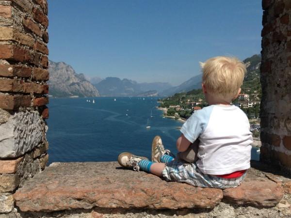 Genieten van het uitzicht over het Gardameer