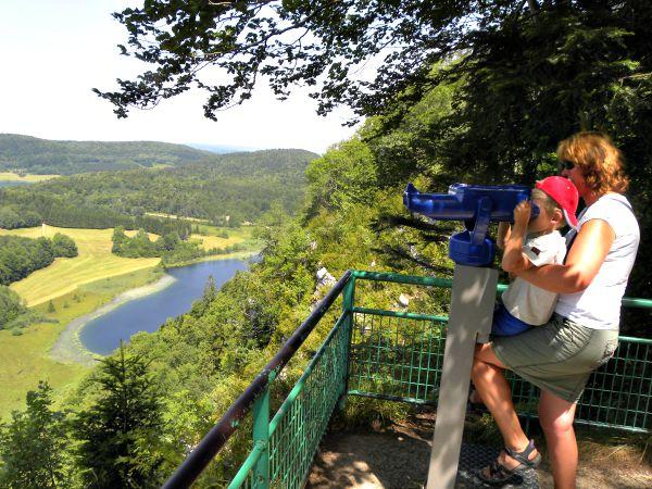 Tycho geniet van het uitzicht over de meren in de Jura
