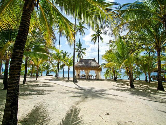 strand van Coco Grove Beach Resort op Siquijor op de Filipijnen