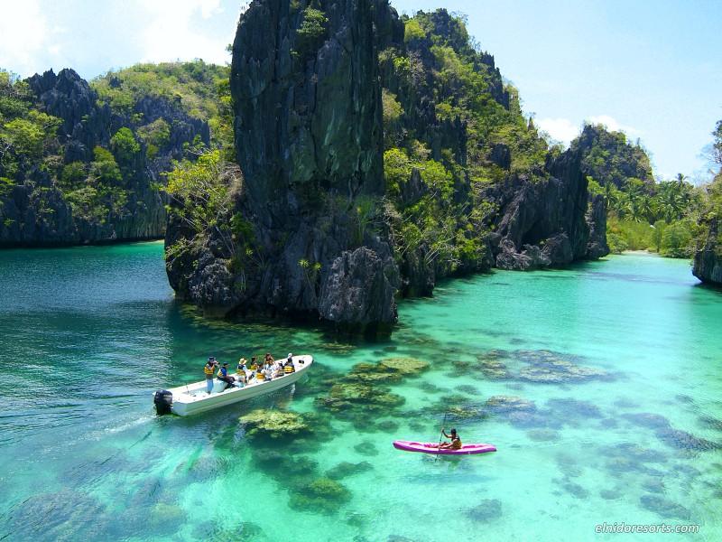 kanoën en varen bij het eiland Miniloc, Filipijnen