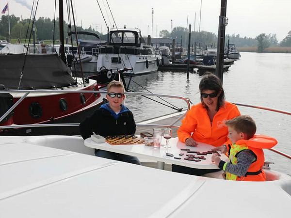 Borrel in de boeg van de boot