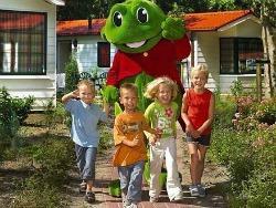 kinderen en duinrell kikker op het vakantiepark