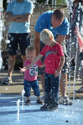 Spelen met water Chris en zijn grote vriend Jamie.