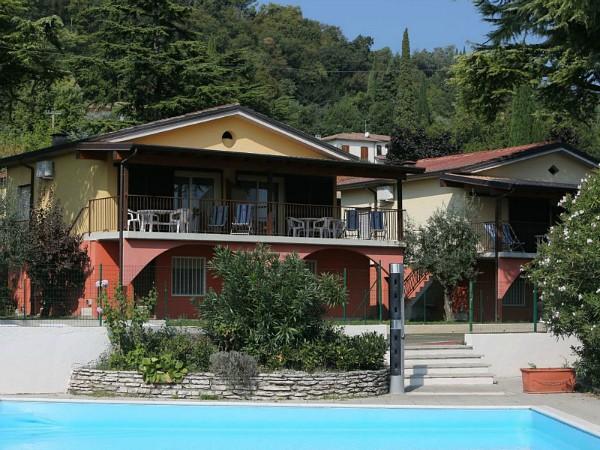 zwembad en vakantiehuisje