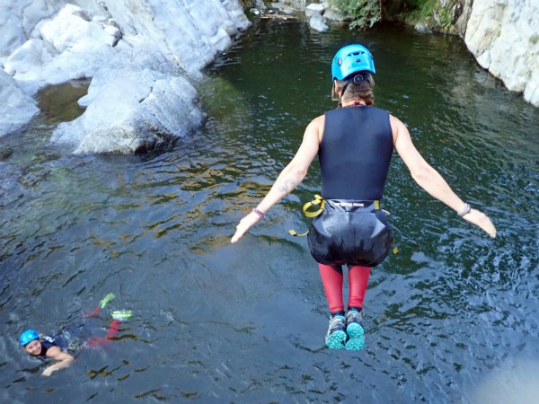 sprong in het water canyoning