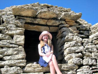 Poseren bij de stenen hutten in het Village des Bories