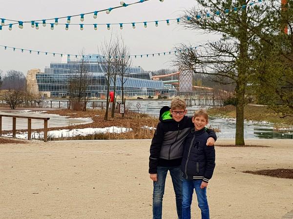 Zeb en Tycho poseren voor het meer en de Aqualagon in Villages Nature Paris