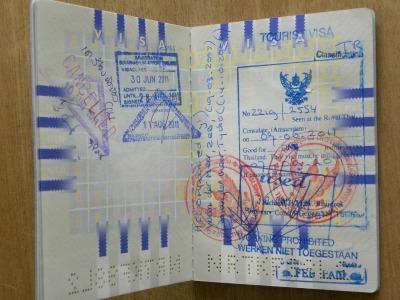 De visum stempels in mijn paspoort voor de reis naar Thailand
