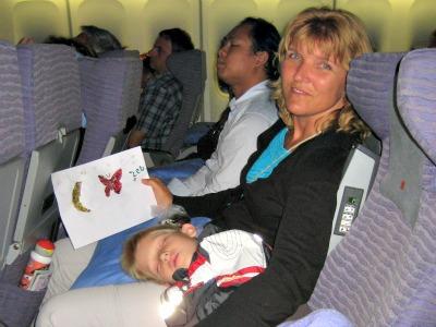 Vliegen met een peuter maak er een feestje van for Baby op zij slapen kussen