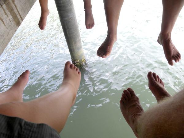 Lunch met de voeten boven het water in Bang Bao
