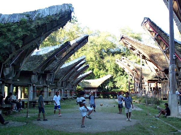 Een potje voetvolley in een Toraja dorp