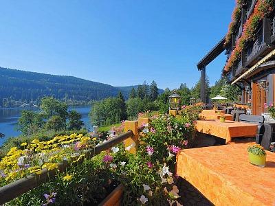 terras van het hotel met uitzicht op het meer