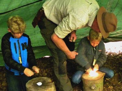 We leren vuur maken bij de Bushcraft