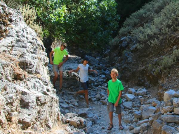 De kinderen vinden wandelen in de Imbros kloof helemaal leuk!