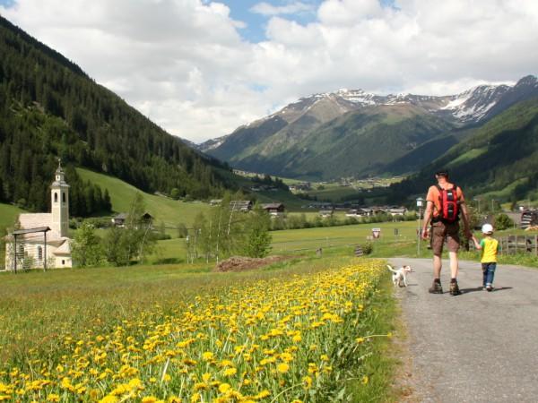 Wandelen bij de dorpjes in Zuid-Tirol