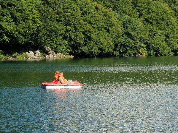 Waterfietsen op één van de meren in de Auvergne